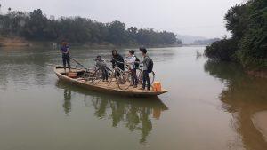 Lão nông chèo đò trên sông Ngàn Sâu