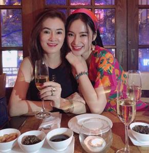 Mẹ Angela Phương Trinh trông trẻ trung như hai chị em gái