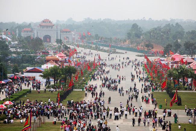 Thời tiết không ngăn nổi 'thác người' đến Đền Hùng