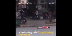 Bé trai nằm giữa đường Hà Nội, người lớn chỉ dửng dưng đứng nhìn
