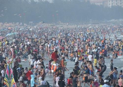 Dòng người từ khắp nơi ùn ùn hướng các điểm du lịch dịp nghỉ lễ