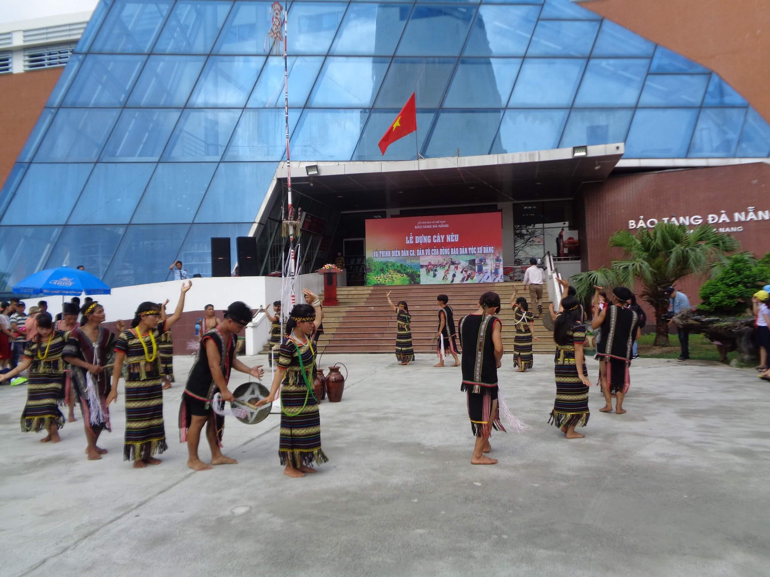 Lễ dựng cây nêu và trình diễn dân ca, dân vũ của đồng bào Xơ đăng