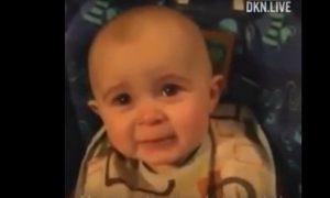Em bé khóc cảm động khi nghe mẹ hát