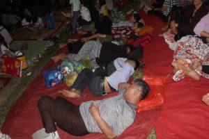 Du khách vạ vật, ngủ ngoài trời chờ khai mạc giỗ Tổ Hùng Vương