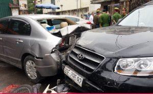 Hàng loạt xe tông liên hoàn trước cổng bệnh viện Bạch Mai, nhiều người bị thương