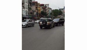 Không chịu nhường đường, hai xe ô tô đối đầu cả tiếng đồng hồ