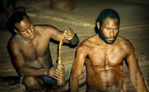 Khám phá những bộ lạc kỳ lạ nhất thế giới, biến cơ thể thành cá sấu