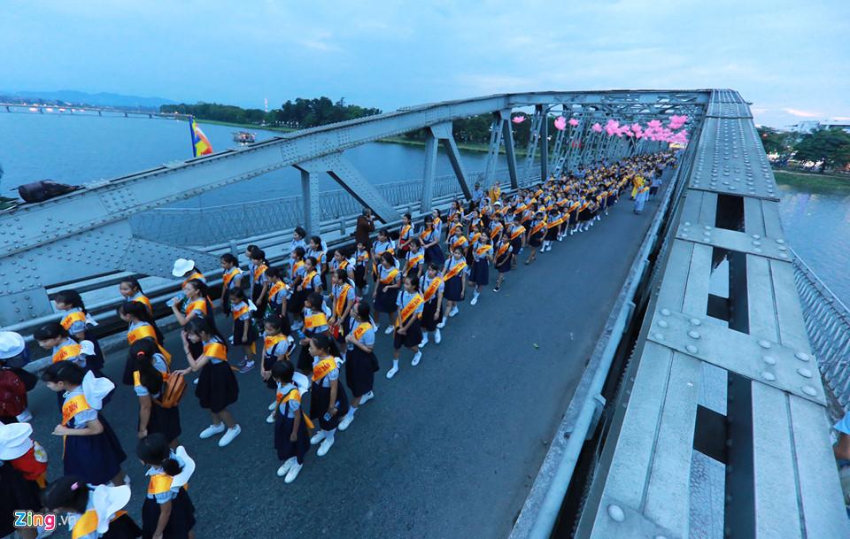 Chen chân xem lễ Rước Phật qua cầu Trường Tiền – Huế