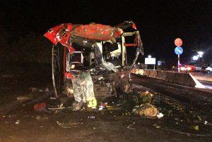 Xe khách lao vào đuôi ô tô tải, 12 người thương vong
