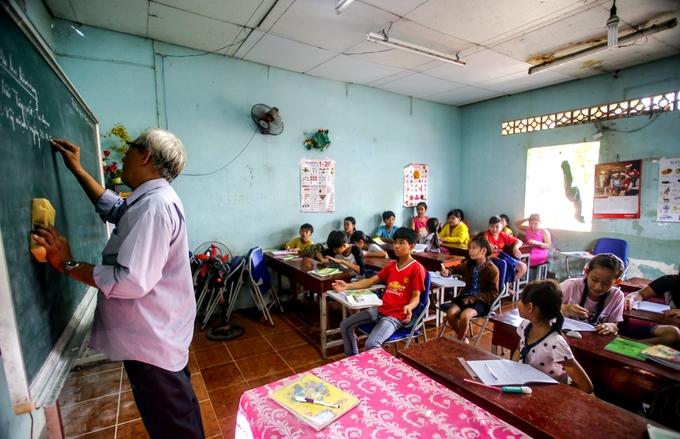 Những ông giáo già tuổi 80 vẫn 'đắm đuối' nghiệp dạy chữ cho trẻ nghèo