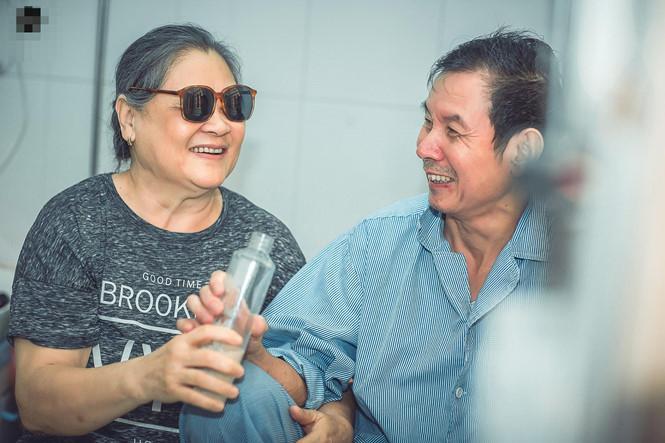 Cảm động chuyện bà cụ mù chăm chồng bệnh phổi trong bệnh viện