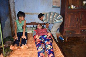 Chồng cụt tay, mất chân, mù mắt nuôi vợ bị liệt nhiều năm