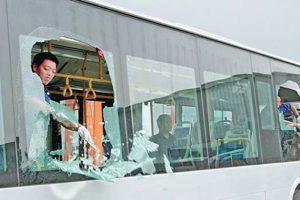 Ném đá vào xe khách, tàu hỏa tùy vào mức độ thiệt hại sẽ bị truy cứu trách nhiệm hình sự