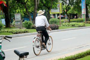 Chuyện cảm động về ông ngoại và chiếc xe đạp cũ của cháu gái