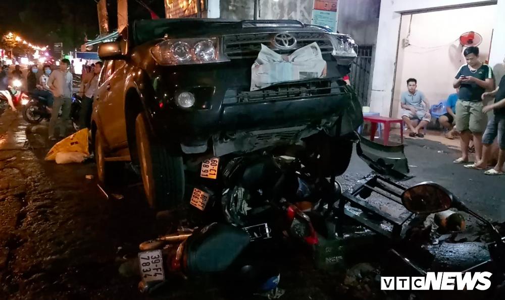 Xe 'điên' tông hàng loạt xe máy khiến 1 người trọng thương ở Đồng Nai