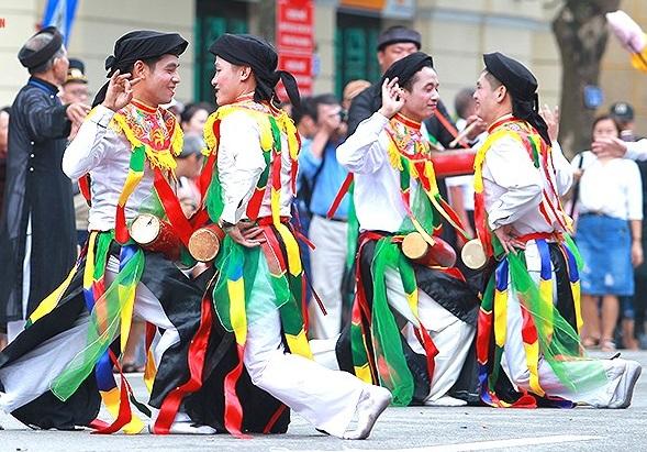 Chen chân xem nghệ nhân làng Triều Khúc múa 'Con đĩ đánh bồng'