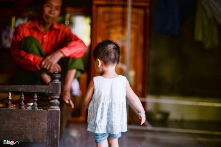 'Tôi sững sờ khi biết tin con gái 18 tháng tuổi nhiễm HIV'