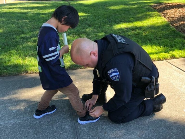 Những câu chuyện ấm lòng về cảnh sát Mỹ