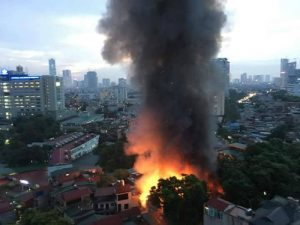 Cháy lớn gần bệnh viện Nhi Hà Nội