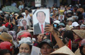 Người dân đội mưa, tiễn biệt Chủ tịch nước Trần Đại Quang