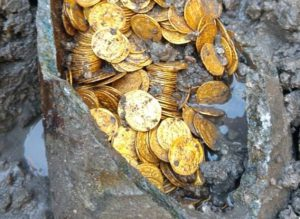 Phát hiện hũ chứa đồng xu vàng trị giá hàng triệu USD