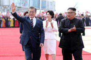 Thượng đỉnh liên Triều: Ấn tượng hình ảnh 2 ông Moon-Kim tình cảm thắm thiết