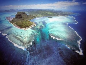 Vẻ đẹp ma mị của thác nước dưới đáy biển