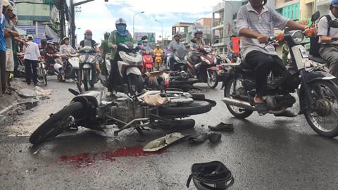 Tai nạn kinh hoàng: Xe tải lùa 8 xe máy trong tiếng la hét thất thanh