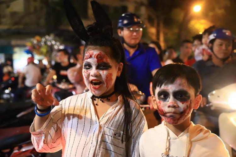 Giới trẻ Hà Nội ùa ra đường khoe màn hóa trang cực 'ngầu' trong Đêm Halloween