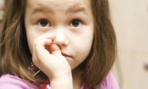 Trẻ em nguy cơ cao bị viêm phổi từ thói quen ngoáy mũi
