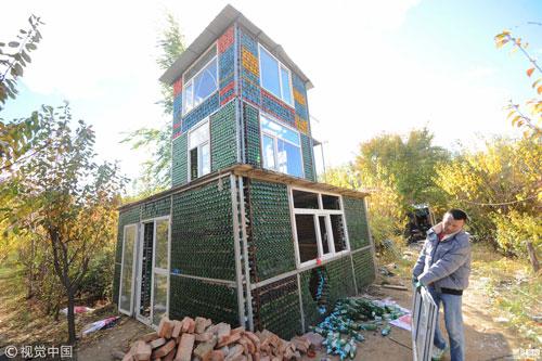 Độc đáo ngôi nhà được xây bằng 50.000 chai bia