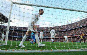 """Real thua đậm Barca: """"Đại ca"""" Ramos đập nát đồ chửi thậm tệ Bale – Benzema"""