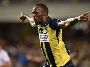 """""""Tia chớp đen"""" Usain Bolt lập cú đúp trong ngày đầu đá chính"""