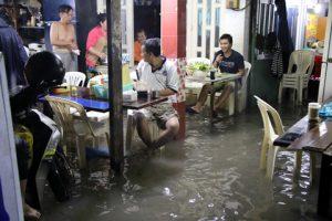 Người Sài Gòn 'trắng đêm' vật lộn với nước ngập vì cơn bão số 9