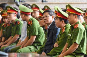 Ông Phan Văn Vĩnh được dẫn giải tới phiên xử vụ án đánh bạc nghìn tỷ