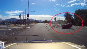 Tài xế ngủ gật tông thẳng vào cột đèn giao thông