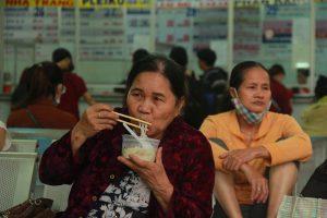 Người dân ăn, ngủ tại bến xe Miền Đông chờ mua vé