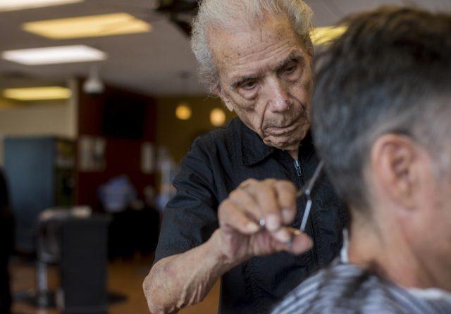 Tình yêu và đam mê của người thợ cắt tóc có hơn 100 năm hành nghề