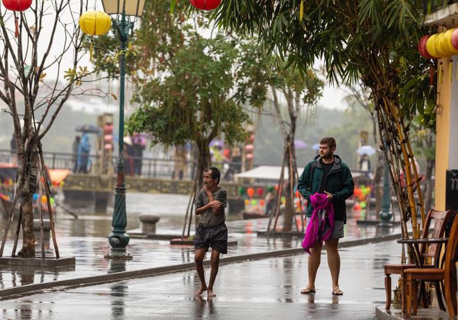 Chàng trai ngoại quốc chạy theo tặng áo người đàn ông co ro trên đường phố Hội An
