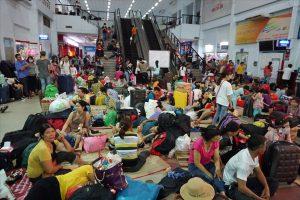 Hàng nghìn khách trải chiếu nằm vạ vật ở ga Sài Gòn vì tàu trễ giờ