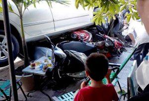 Mất kiểm soát khi lùi ôtô, nữ tài xế ở Sài Gòn cuốn 4 xe máy vào gầm