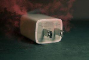Những nguy hiểm khôn lường khi sử dụng sạc điện thoại giả