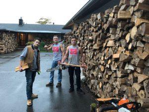 Ấm lòng câu chuyện cha con người Mỹ chở 80 xe gỗ tặng các gia đình nghèo