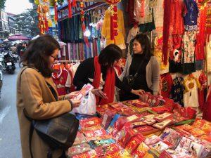 Người Hà Nội chen chân trên phố Hàng Mã, hàng Lược sắm Tết