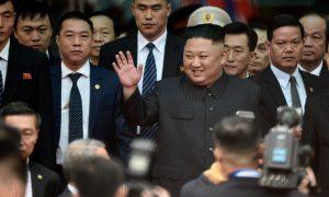 Ông Kim Jong Un vẫy tay chào người dân ở Đồng Đăng