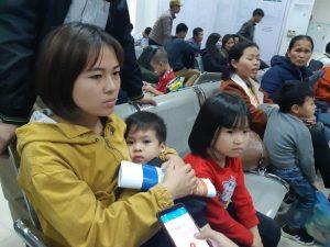 Hà Nội 'vỡ trận' vì gần 1.000 gia đình Bắc Ninh đưa con đến kiểm tra sán