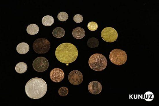 Một số đồng xu vàng và bạc trong hàng tá đồng xu khác được tìm thấy trong kho báu này.