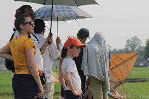 Khách nước ngoài 'đội nắng' xem lễ hội diều ngàn năm tuổi ở Hà Nội