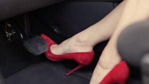 Mẹo tránh đạp nhầm chân ga, chân phanh khi lái ôtô