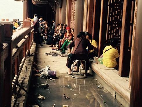 """Về tham dự Vesak, hàng nghìn người """"khóc thét"""" ở chùa Tam Chúc"""